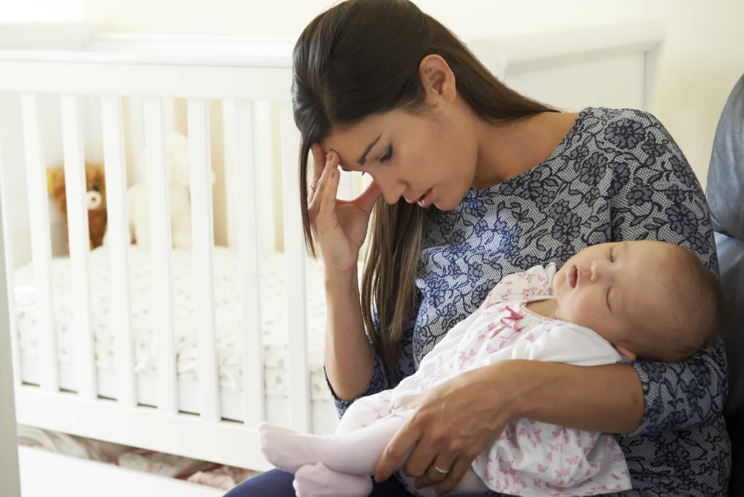 Mutter ist gestresst neben dem Wochenbett Ihres Babys
